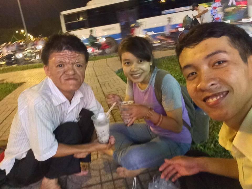 Tôi cùng anh Nguyễn Quốc Phương và bạn Kiều Thị Quy,sinh viên trường đại học Sài Gòn trong một lần đi bán hàng.