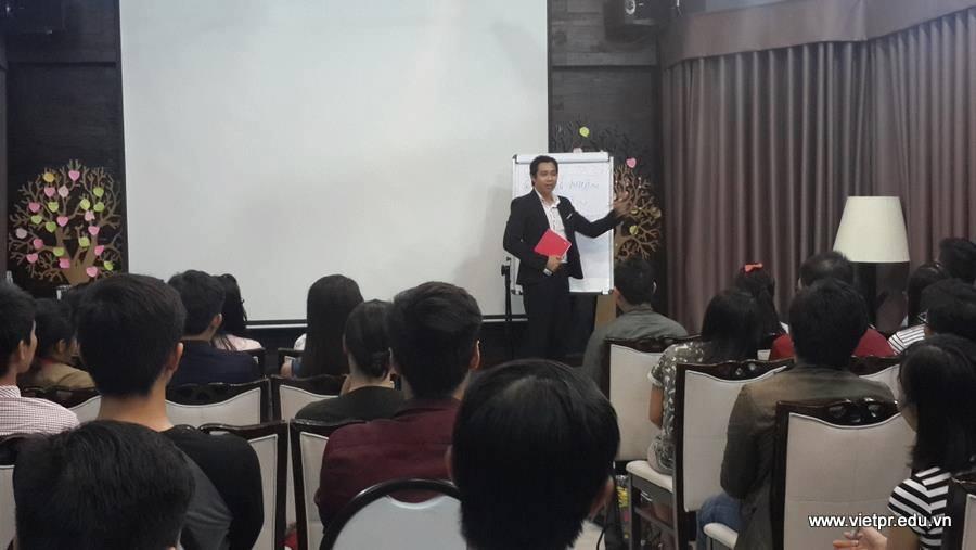 Anh Trần Thiên giảng dạy viết pr cho các học viên