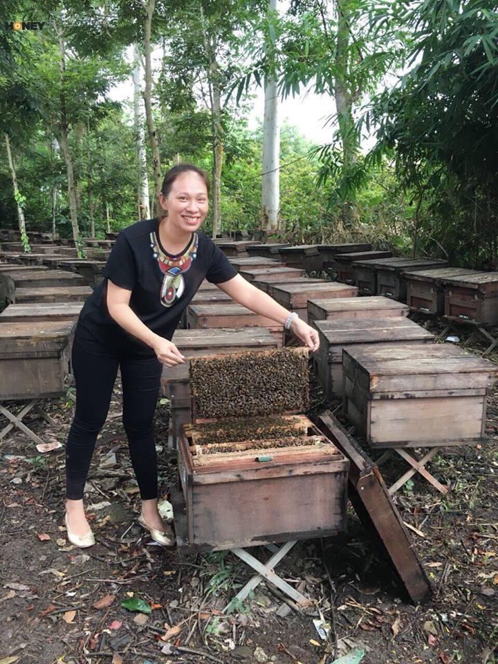 Chị Huỳnh Thị Bích Ngân tại trại nuôi ong của nhà chồng.