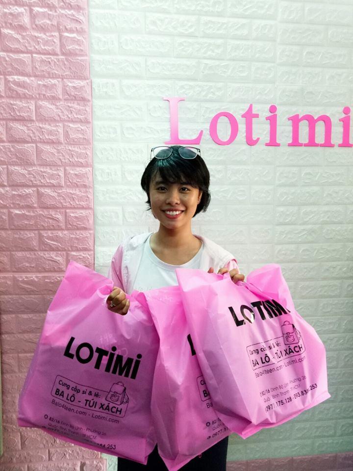 Khách hàng mua ba lô và phụ kiện teen tại LOTIMI