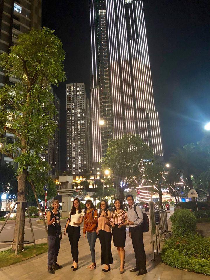 Nguyễn Tôn Quốc Tín cùng đồng đội tại Landmark 81