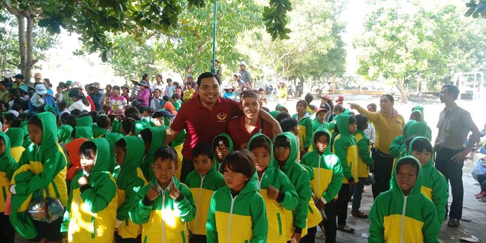 Nguyễn Tôn Quốc Tín và anh Đổng Duy Công trong chương trình thiện nguyện NỤ CƯỜI MÙA ĐÔNG
