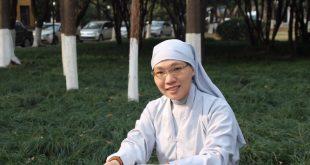 Sư cô SUỐI THÔNG - Tác giả cuốn sách THẢ TRÔI PHIỀN MUỘN