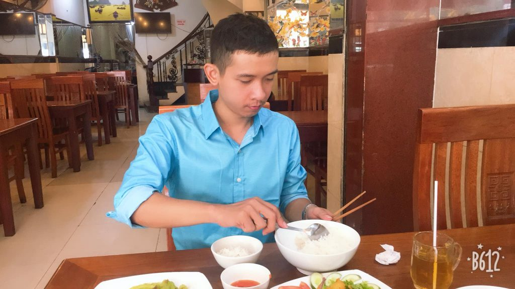 Nguyễn Tôn Quốc Tín tại quán chay Như Tâm