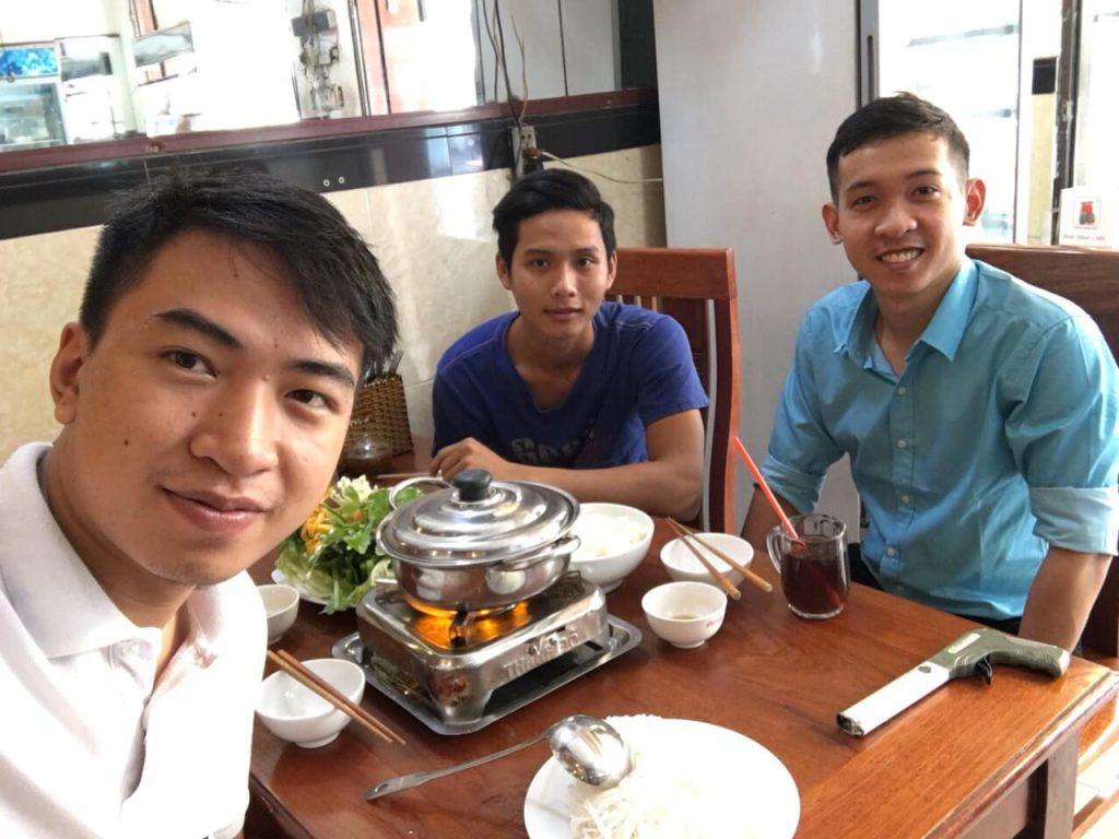 Nguyễn Tôn Quốc Tín cùng Nguyễn Văn Thuận và anh Trần Công Danh