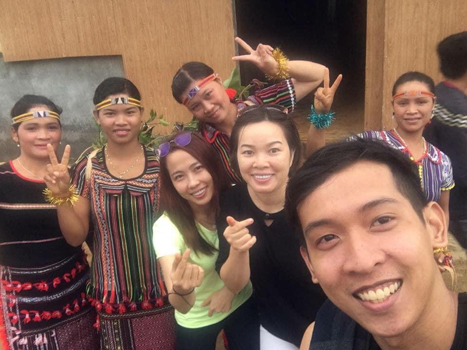 Nguyễn Tôn Quốc Tín cùng bà con ở DakNong
