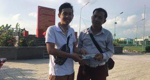 Nguyễn Tôn Quốc Tín trao tiền thiện nguyện cho anh Lê Đức MC